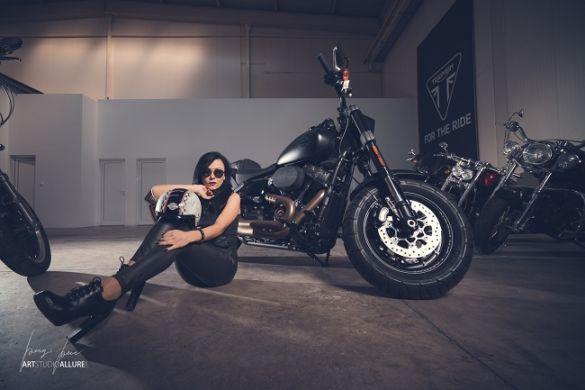 момиче на Harley Davidson